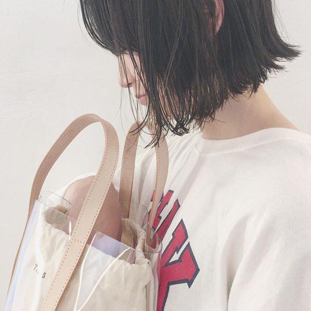 外ハネで黒髪を軽やかに見せるヘアスタイル