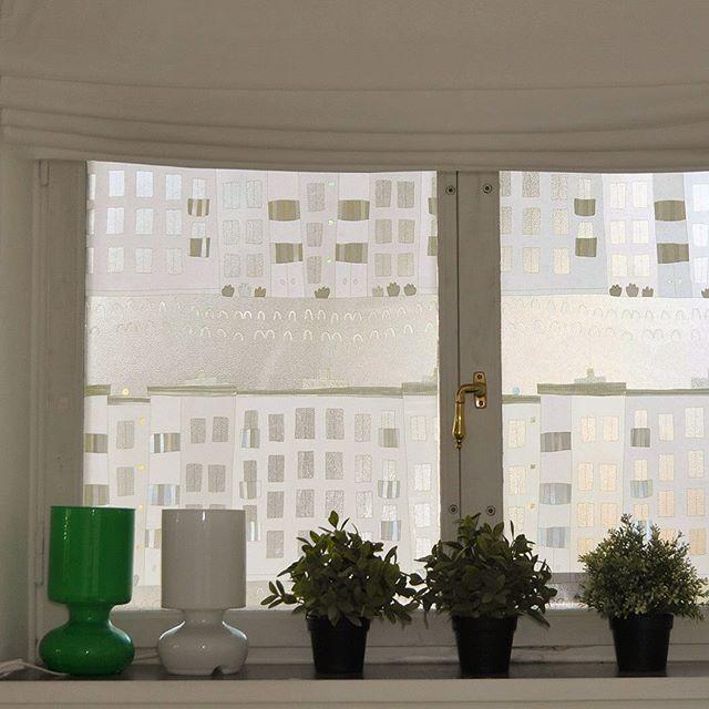 北欧の集合住宅を描いたガラスフィルム