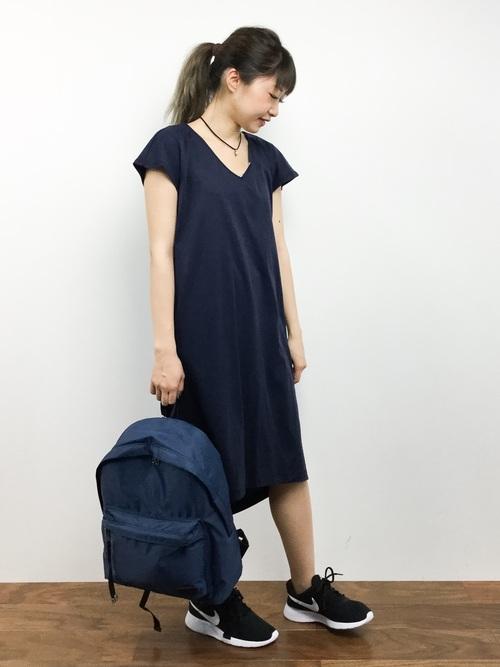 紺リュック×紺半袖ワンピースの夏コーデ