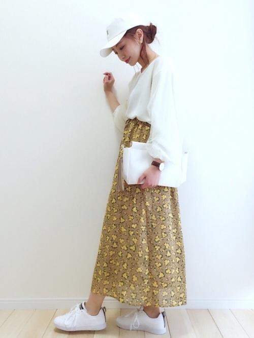 白キャップ×ロングスカートの2色コーデ