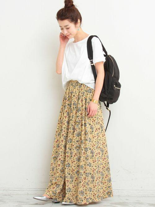 黒リュック×花柄ロングスカートの夏コーデ