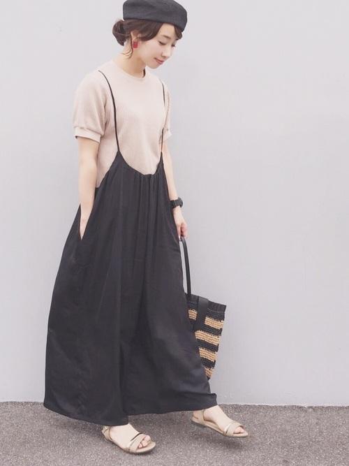 ユニクロTシャツ×黒サロペットの夏コーデ