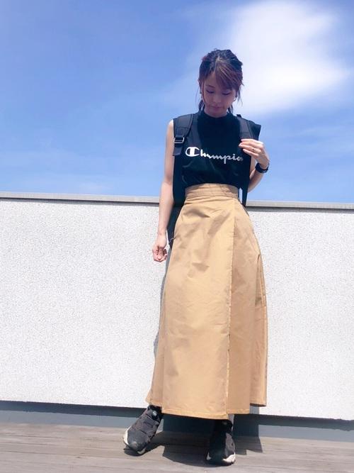 黒リュック×黒ロゴ入りTシャツの夏コーデ