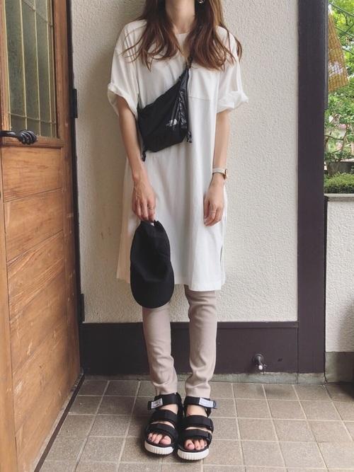 白Tシャツワンピ×ベージュレギンスの夏コーデ