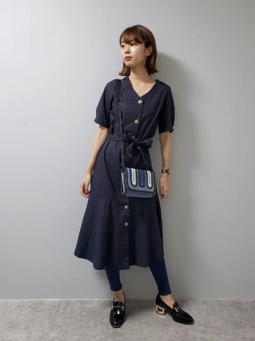 紺半袖ワンピース×レギンスの夏コーデ