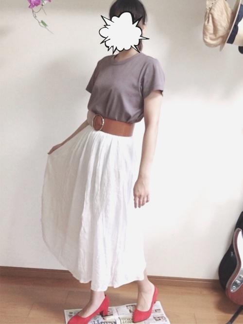 白スカートは太ベルトでメリハリをつけて