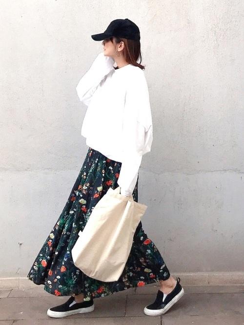 花柄スカート×黒キャップ