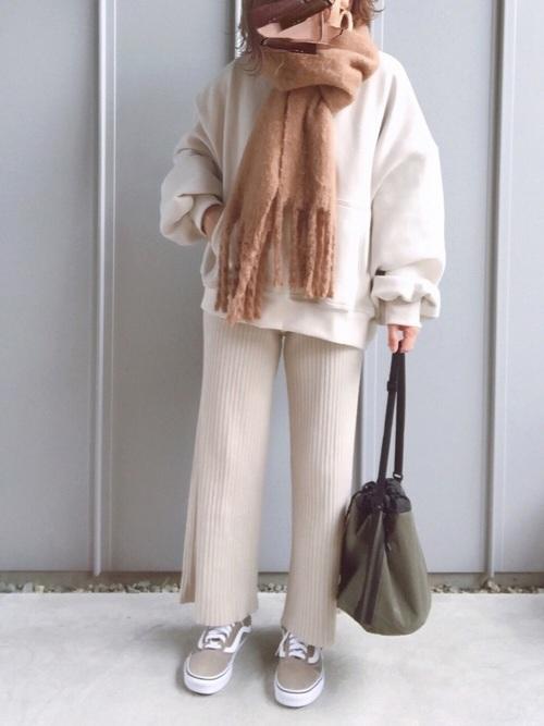 白スウェット×ベージュリブパンツの冬コーデ