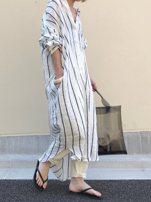 ストライプシャツワンピ×白パンツの8月コーデ