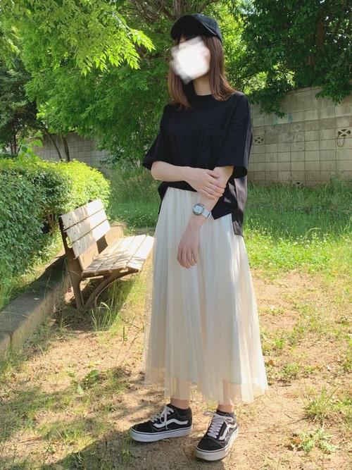 白チュールスカート×黒キャップ