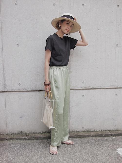 ユニクロ黒Tシャツ×緑パンツの夏コーデ