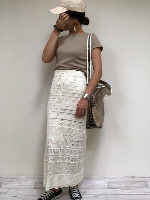 透け感のあるスカートで夏らしく