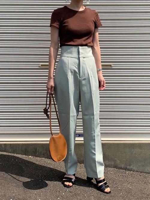 ユニクロ茶色Tシャツ×グリーンパンツコーデ