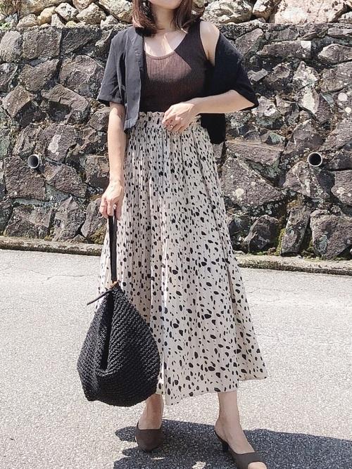 人気のアニマル柄スカートを大人っぽく着こなし