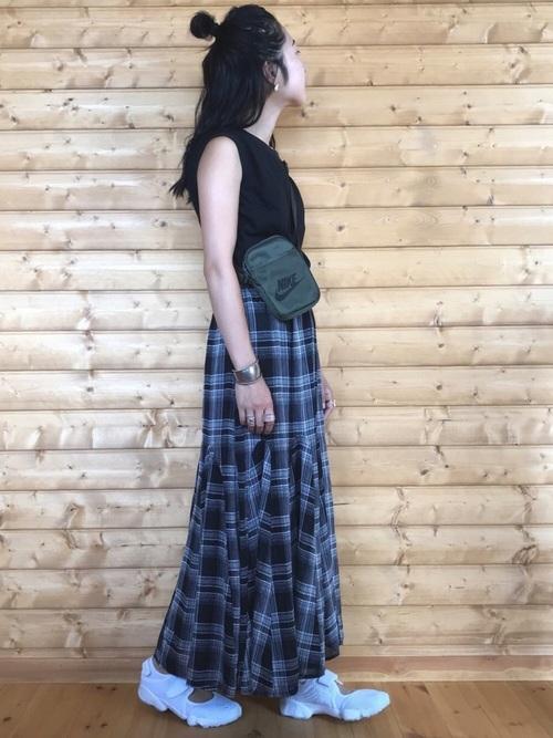 黒Tシャツ×黒チェック柄スカートコーデ