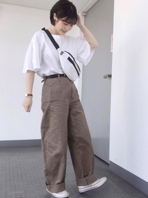 ユニクロ白Tシャツ×茶色パンツの夏コーデ