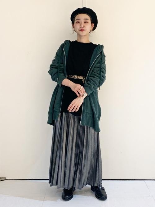 黒Tシャツ×グリーンパーカーコーデ