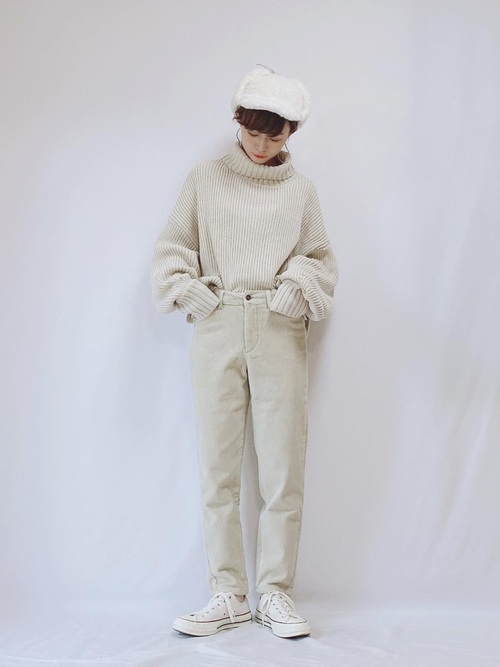 白キャップ×パンツのオールホワイトコーデ