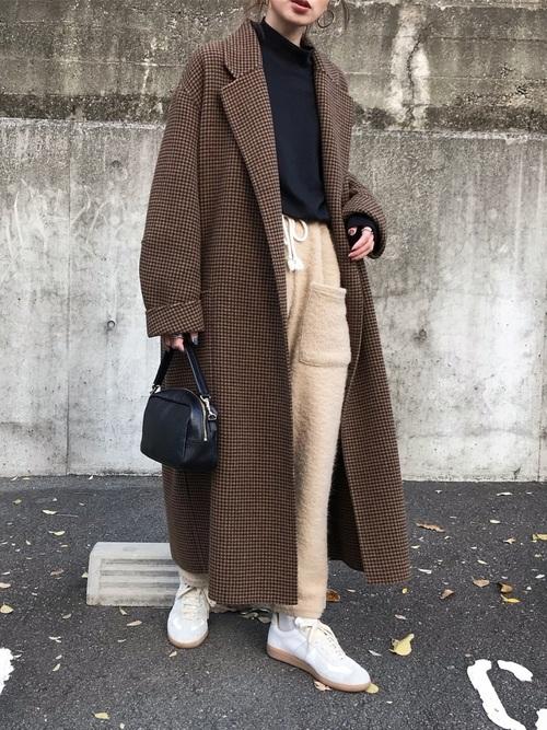 ユニクロ黒Tシャツ×チェックコートの冬コーデ