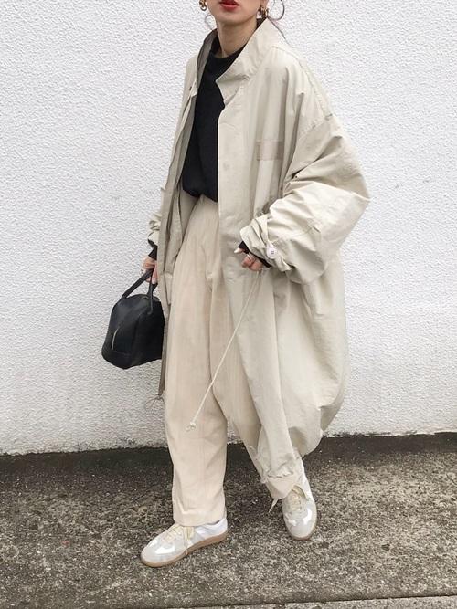 ベージュ〜ホワイトのミルキーなトーンの着こなしがトレンドになっている中、密かに注目されているのがプレーンな黒Tシャツの実力。インナーとしてコートから覗かせることで、ぼんやり見えがちなコーディネートをシャープにまとめてくれるんです。洗練された都会的な女性に似合うファッションは、おしゃれに敏感な友達からも注目されそうですね。