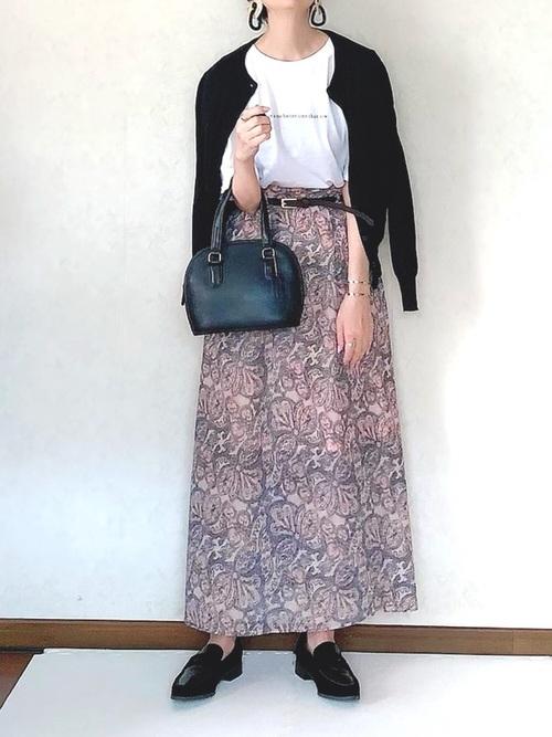 ピンクの柄物スカート