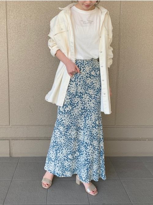 シルバーサンダル×白ロングシャツコーデ