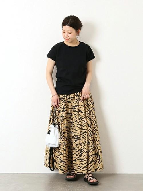 タイガー柄スカート×黒Tシャツの8月コーデ