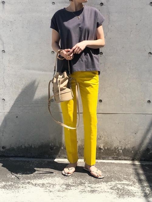 イエローパンツ×グレーTシャツの8月コーデ