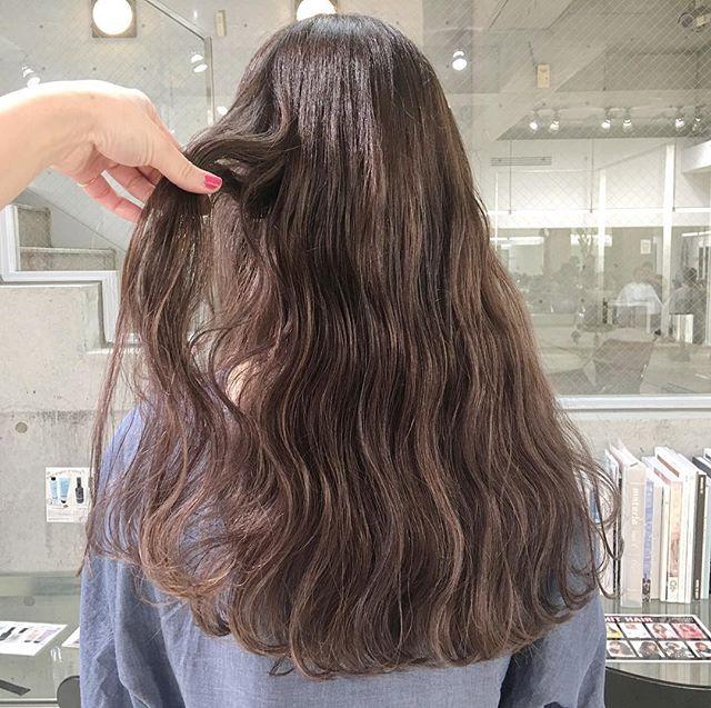 人気!透き通る髪色のロングヘアスタイル