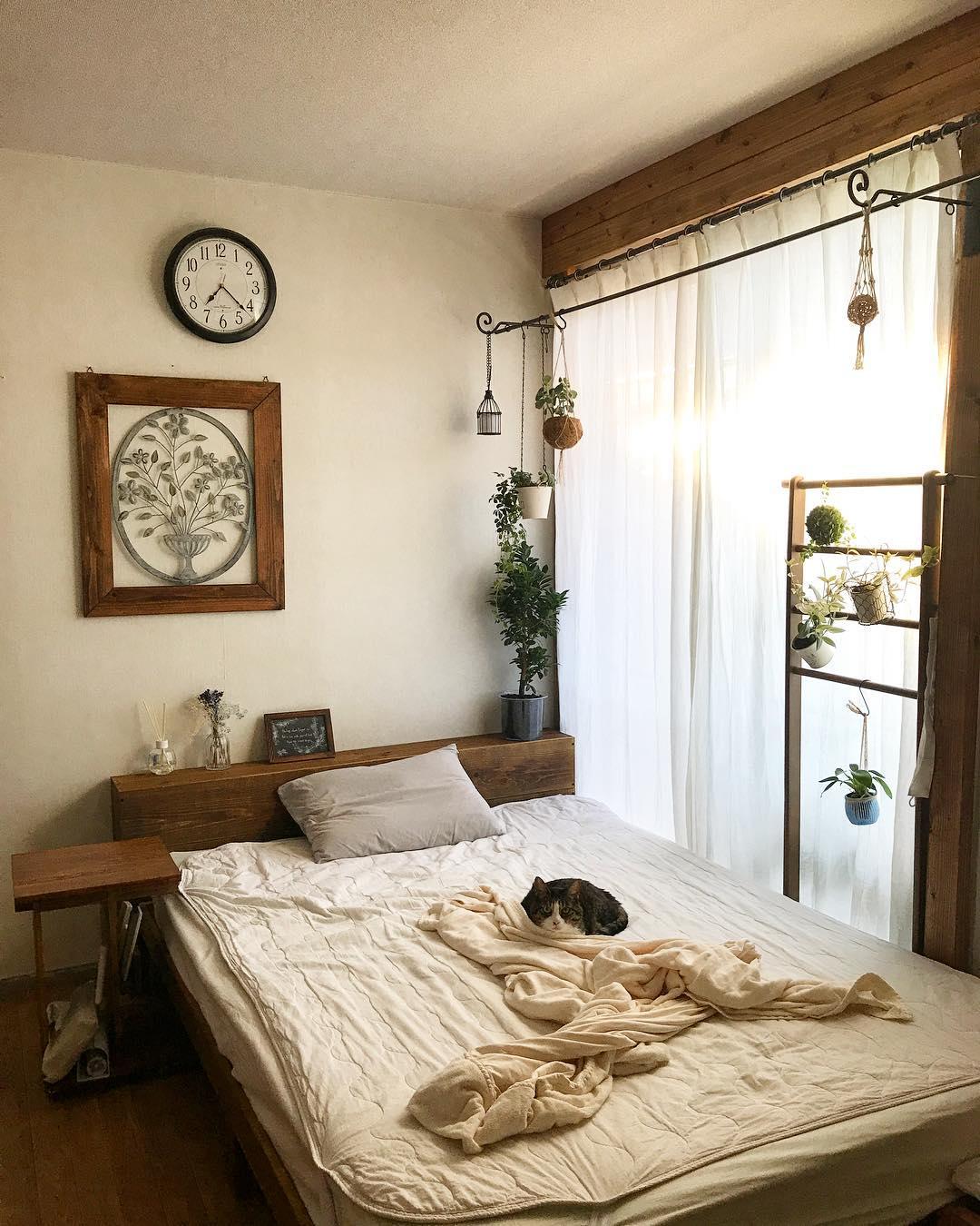 茶色を基調とした明るい寝室