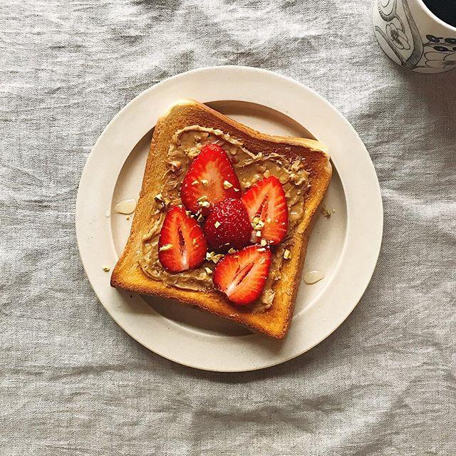 ピーナツバターといちごのはちみつトースト