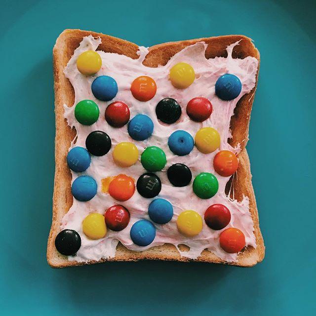 カラフルチョコのポップで甘いトースト