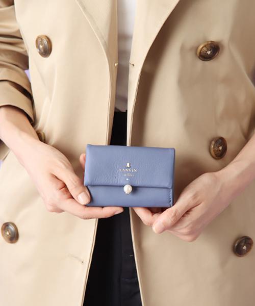 エレガントなパールをあしらったミニ財布