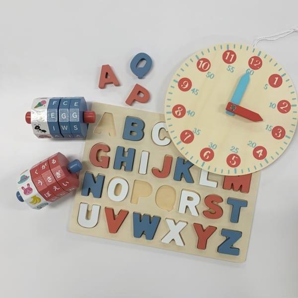 ポップなカラーがかわいい木製パズル