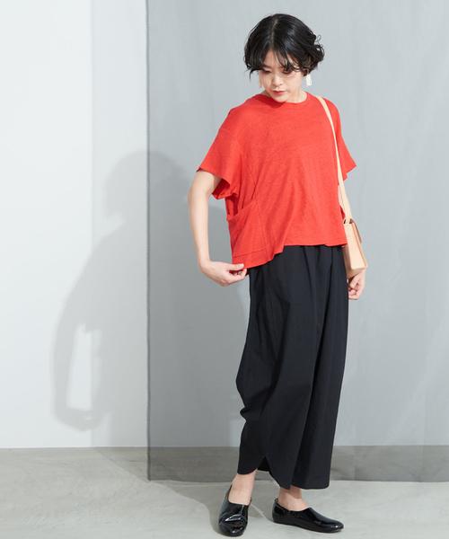 リネン混赤Tシャツ×黒ワイドパンツコーデ
