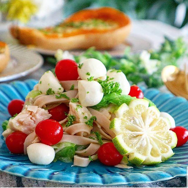 レタスとチーズとミニトマトのアサイー米粉パスタ