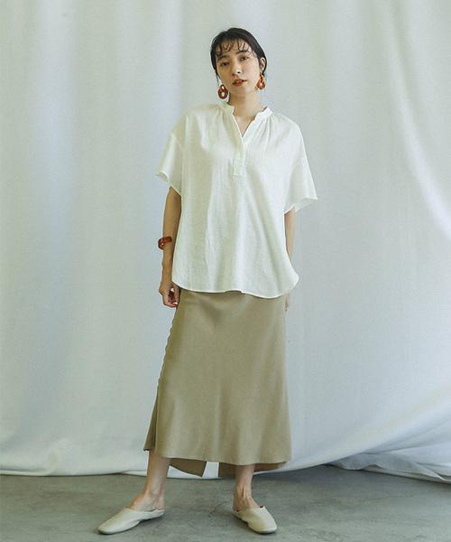 白シャツ×ベージュロングスカートの夏コーデ