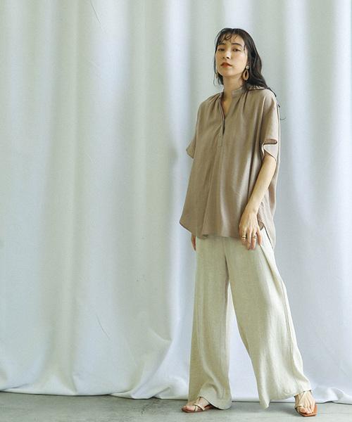 ベージュシャツ×ベージュパンツの夏コーデ
