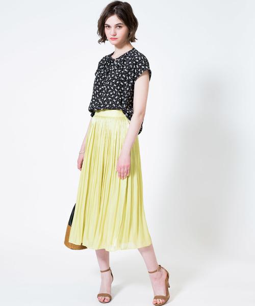 カラースカートを合わせた夏コーデ
