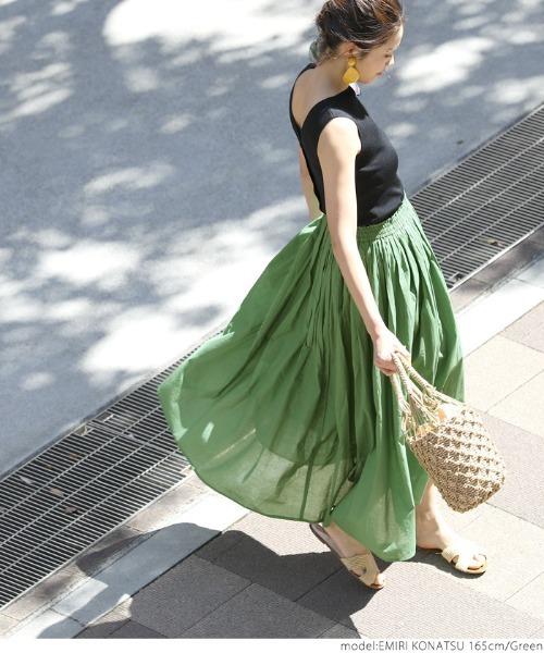 コットンフレアスカートの服装
