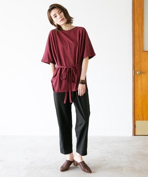 ベルテッド赤Tシャツ×黒パンツコーデ