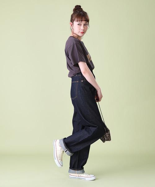デニムテーパードパンツの服装