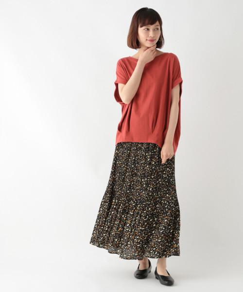 裾タック赤Tシャツ×ロングスカートコーデ