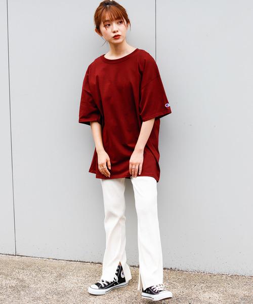 ワンポイント赤Tシャツ×白レギンスコーデ