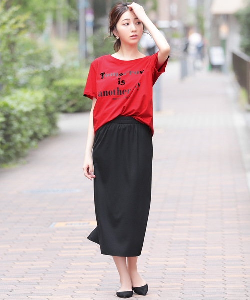 ロゴ入り赤Tシャツ×黒タイトスカートコーデ