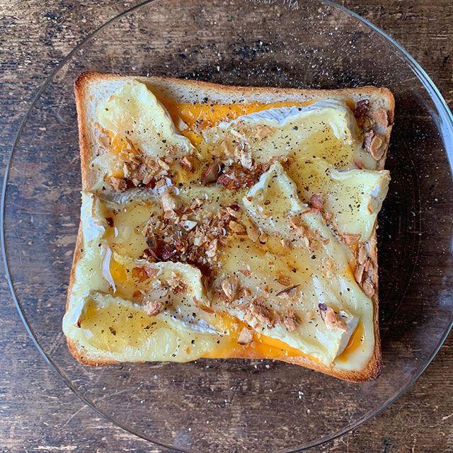 カマンベールチーズのハニーチーズトースト