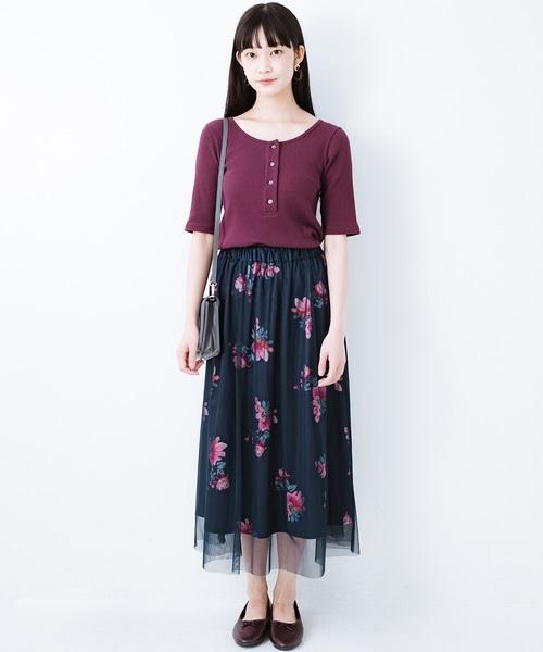 ヘンリーネックTシャツ×花柄スカートコーデ
