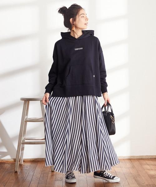 ロゴ刺繍パーカー×ストライプスカート