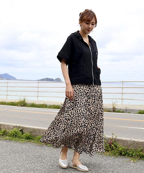 ジップアップパーカー×レオパード柄スカート