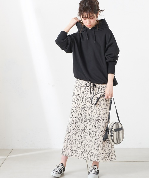 オーバーサイズパーカー×花柄スカート